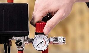 Man regelt den Luftdruck am Einhell TH-AC 200/24 OF.