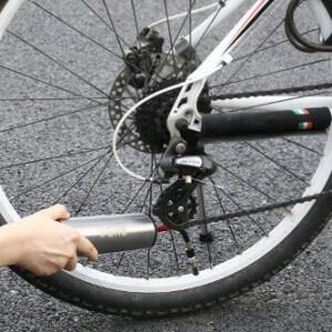 Fahrrad Kompressor beim Fahrradreifen aufpumpen.