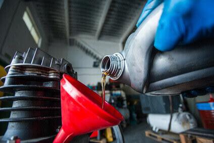 Öl für Kompressor wird nachgefüllt.